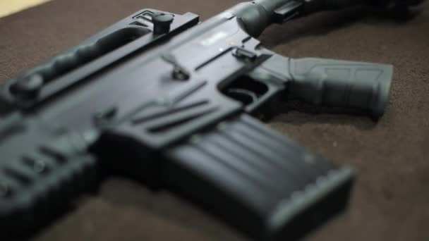Nahaufnahme der taktischen Waffe auf dem Tisch