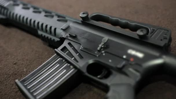 Blick auf taktisches Gewehr auf dem Tisch