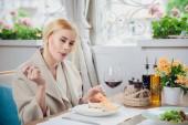 Fotografie Junge schöne Frau, eine Dessert bei dem Restaurant zu essen. Frau bekommt Freude durch den Verzehr von
