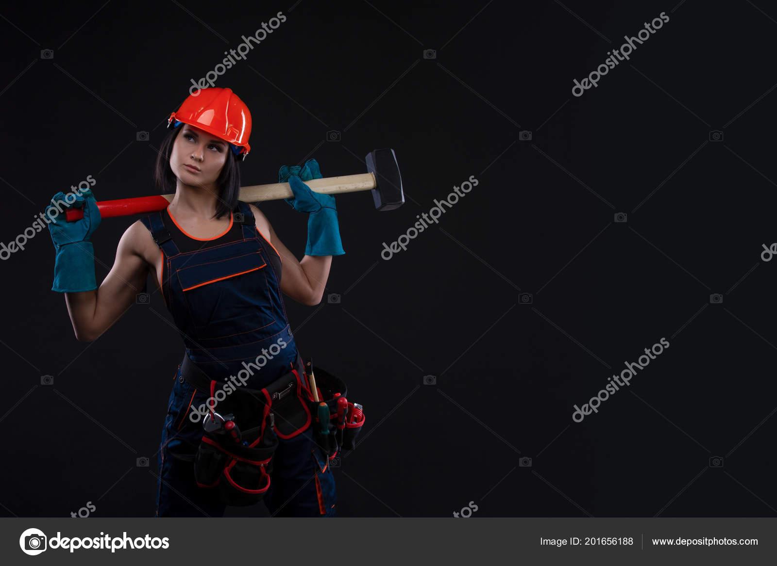 Сексуальная девушка на стройке