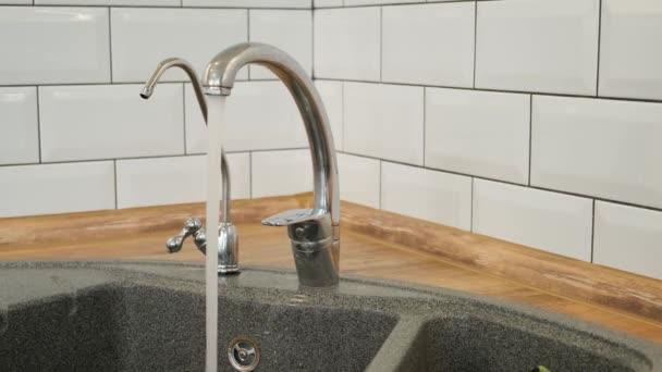 Uzavřete vodovodní vodu z kohoutku. Spotřeba vody, hygiena a výrobní koncepce.