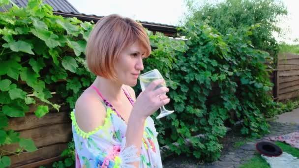 Egy nő lazít a szabadban friss mojitóval nyáron. Közelkép. 4K.