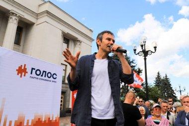Kyiv, Ukraine, 28 06 2019. Svyatoslav Vakarchuk, famous Ukrainian singer, leader of the party Voice, speaks at a pre-election rally near the Verkhovna Rada, the Ukrainian parliament in Kyiv