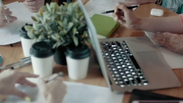Multi-ethnischen Creative Business Team Meeting Top Dolly Schuss von modernen Büro-Schreibtisch