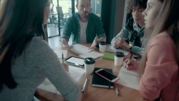 Kreatives Business-Team-Meeting und Brainstorming in modernen mobilen Office-Promotion-Anwendungen
