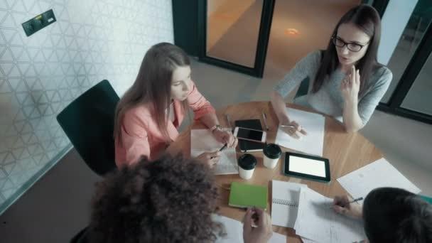 Unterschiedlichste Menschen Gruppe Teamwork diskutieren neue Projekt-Team-Meeting In modernen Büros High Angle
