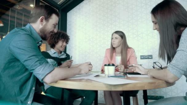 Multiethnische freundlich kreative Business-Team zu treffen und Brainstorming im modernen Start-Up-Büro