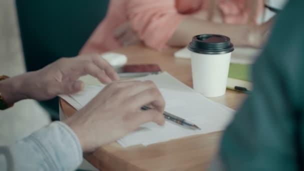 Detailní záběr mužské ruce prsty na stůl s papír kreativní Business meetingu v úřadu