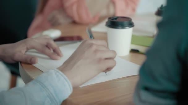 Mužské ruce papír a pero na Office Desk tvůrčí Business meetingu v moderní kanceláři