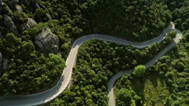 Anténa ustřelí užívat nádherné kopcovitého terénu s vysokou přírodní hory a po asfaltové silnici