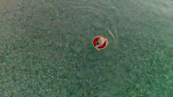 Luftbildkamera Rotation Schuss kleinen netten blonden Jungen kommen, um reines Wasser von der Küste zu reinigen