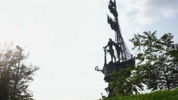 Pomník Petra i. na pozadí modré oblohy