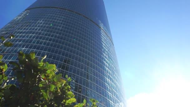 Skleněná fasáda výškové budovy
