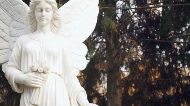 Egy angyal szobra az erdő hátterében