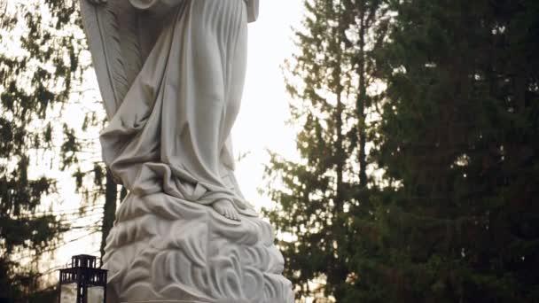 Památník na anděl a stromy v pozadí