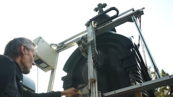 Muž kontroluje práci stroje rycí