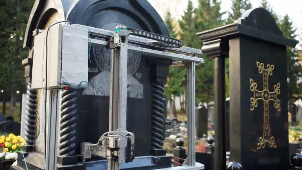 Gravírovací stroj je připojen na kamenný kostel