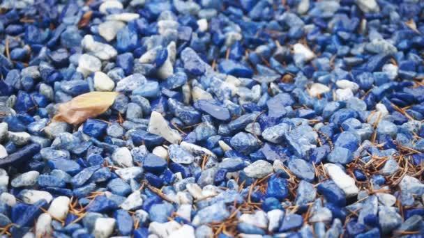 Povrch modré a bílé ozdobné kamínky