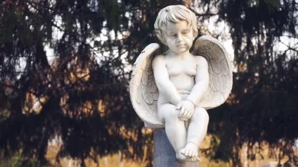 Mramorová socha anděla dítěte. Closeup