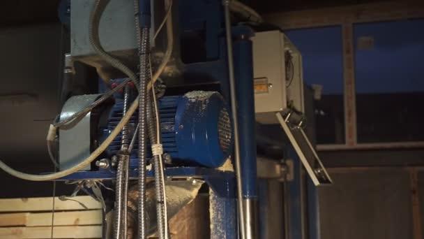 kompresor a ovládací panel ve zpomaleném pohybu dílny