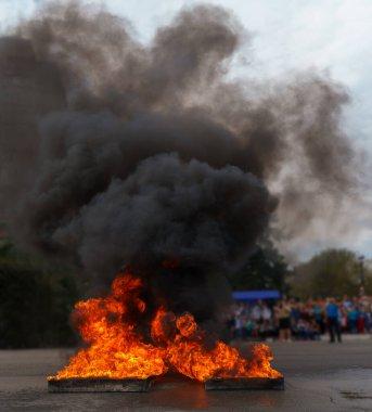 Şehirdeki itfaiyecilerin gösteri tatbikatlarına güçlü ateş açıldı..
