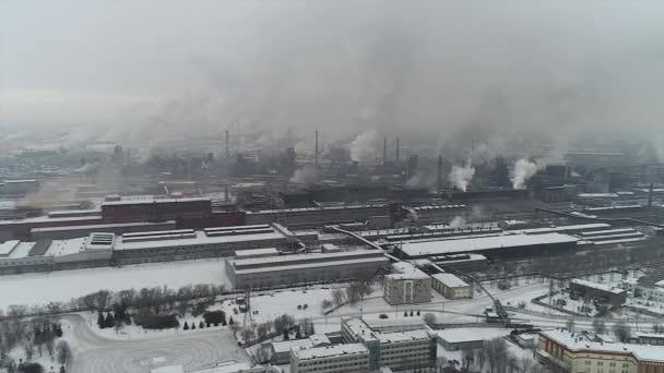 Ipari zóna, nagy cső vastag fehér füst ömlött ki a gyári cső. A környezet szennyezésének. Légi viewdrone lövés, téli, ipari fedélzeten felülnézeti