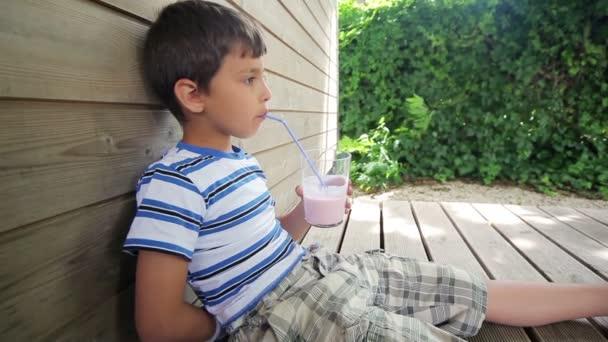 Boy nápoje jahodový mléčný koktejl