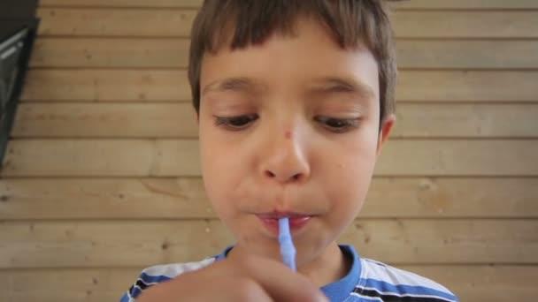 chlapec nápoje mléčný koktejl