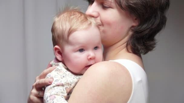 Máma je drží měsíc staré dítě modrooký