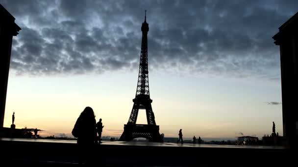 Turistů je v rozporu s pozadí Eiffelova věž