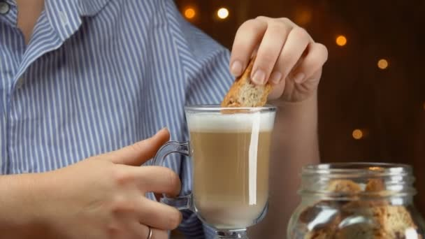 Ruka má piškotů a dunks do kávy