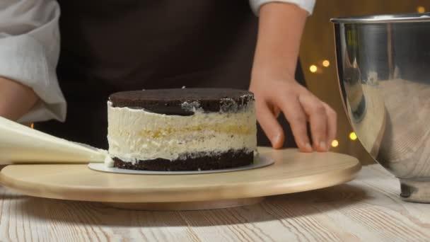 Cukrászda forog a tortát, és díszíti a tészta zsákból
