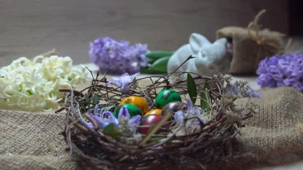Childs kézzel színezett tojás a húsvét fészek határozza meg