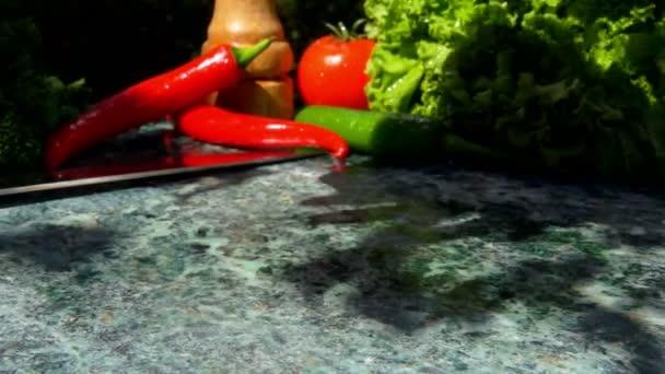 Telecí steak připadá na zelený mramorový stůl