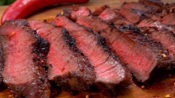 dokončené Šťavnatý hovězí steak nakrájený na dřevěném prkénku