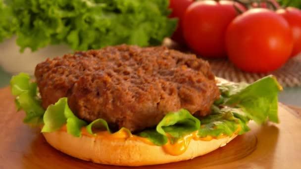 Připravené kotlety připadá na hamburger