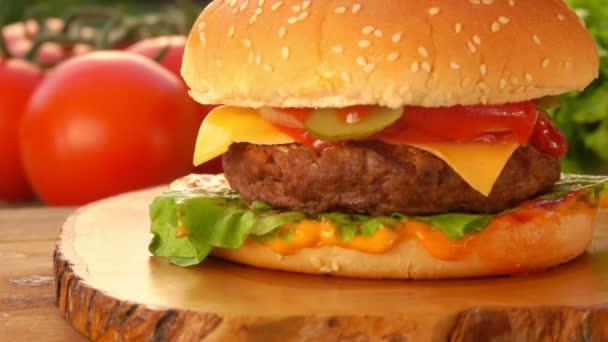 Burger s Sezamová semínka je kladen na hamburger
