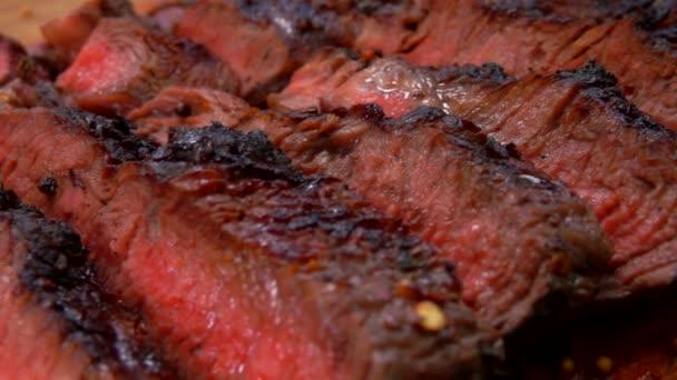 Panorama na Šťavnatý hovězí steak nakrájený na desce