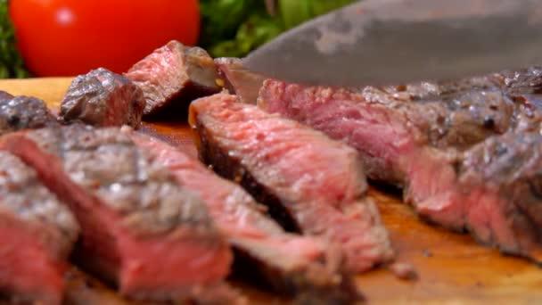 Šéfkuchař se skládá z připravovaný šťavnatý steak