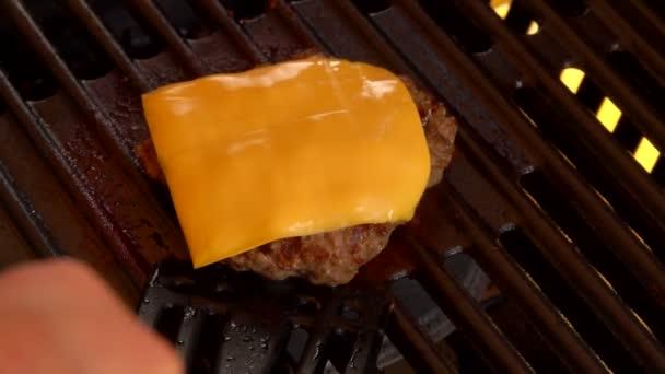 Kus sýra se taví na horký hovězí burger