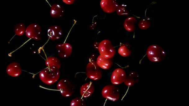 Lédús érett cseresznye pattogó a kamera ellen