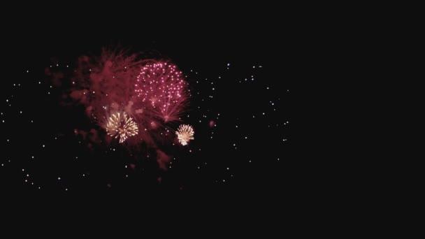 Újév ünnepe tűzijáték, éjjel a lassú mozgás copyspace jobbra