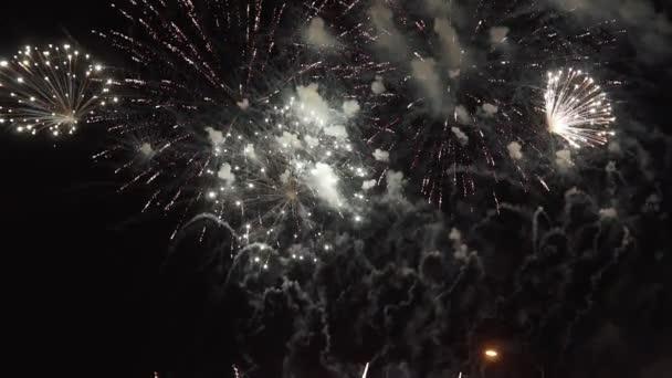 Farbenfrohes Feuerwerk in der Urlaubsnacht in Slomo