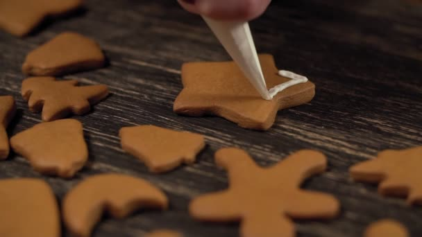 Proces, zdobení vánočního cukroví. Detail zdobení perník hvězda