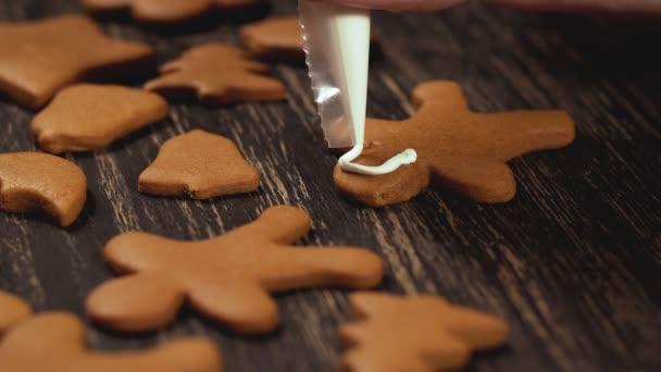 Proces, zdobení vánočního cukroví. Detail zdobení perník muži