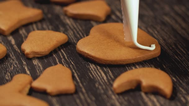 Zdobení vánočního cukroví. Detail zdobení domácí perníkové srdce