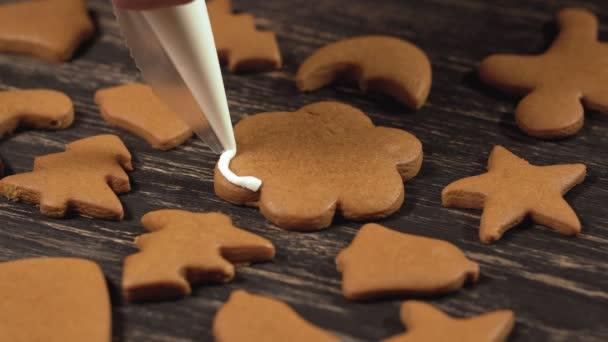 Zdobení vánočního cukroví. Detail zdobení domácí perník květ