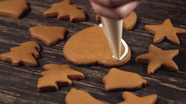Detail zdobení domácí perníkové srdce. Zdobení vánočního cukroví.