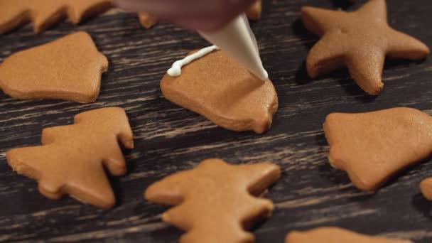 Detail zdobení domácí perník zvon. Zdobení vánočního cukroví.
