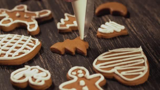 Zdobení vánočního cukroví. Detail zdobení perník vánoční strom